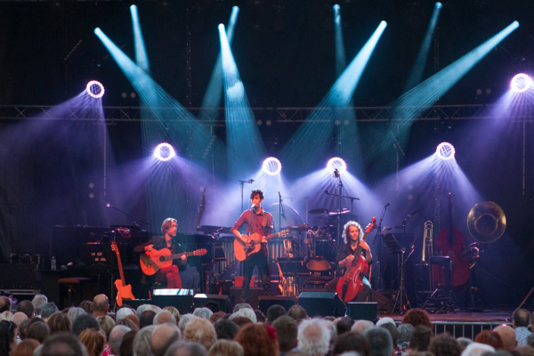 """Alexandre Castillon - concert au festival """"Sons d'une nuit d'été"""" à Nuit-Saint-Georges, avec Alexandre Castillon, Elie Ossipovitch et Frédéric Deschodt sur scène"""